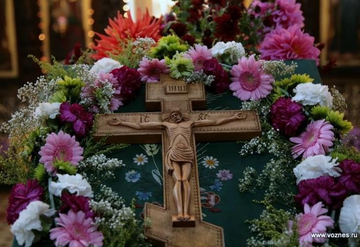 Неделя Крестопоклонная. Крест — знамя славы, потому что означает победу над грехом